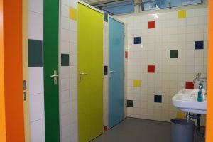 Ook kleurrijke toiletten voor bovenbouw